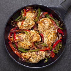 Stegt kylling med timian, løg og peberfrugter opskrift