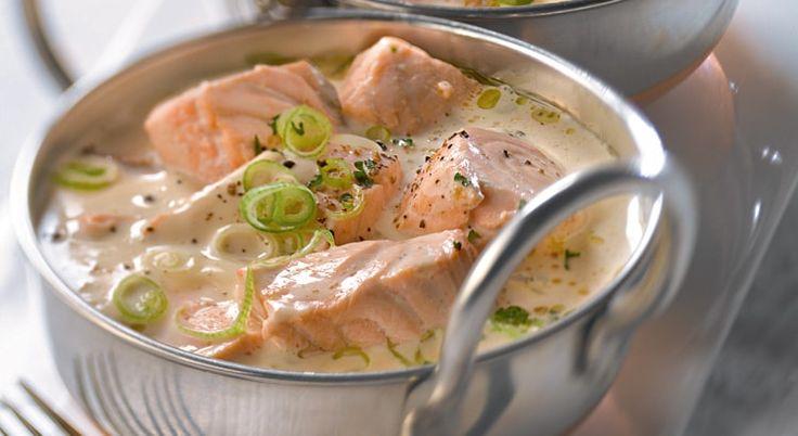 Couper les pavés de saumon en cubes moyen. Éplucher les carottes, les laver et les couper en rondelles. Les cuire 20 min à la vapeur. Cuire les blancs de poireaux 5 min dans l'eau bouillante.              ,                               Fondre 20 g de beurre dans une poêle et faire revenir l'échalote, les carottes, les blancs de poireaux et les cubes de saumon pendant 5 min en remuant.              ,                               Fondre 40 g de beurre dans une ca...