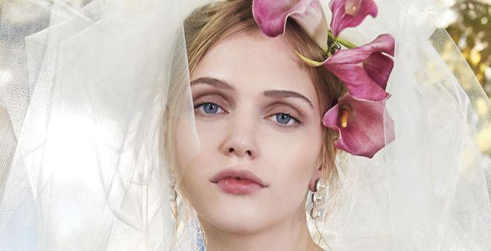 Zartes Braut-Make up mit Lidschatten in Mauve und zartrosa Lippen
