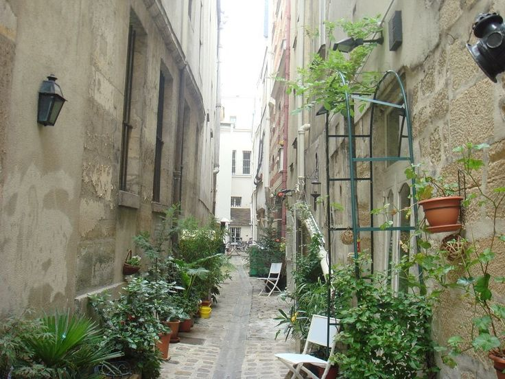 the tiny street called 'Impasse du boeuf',  in the Saint-Merri quarter of the 4e arrondissement-the name first appears as 'cul-de-sac de Bec-Oye' in the 13th century. (from Medieval Paris Before Baron Haussmann's Transformation -(SkyscraperCity)