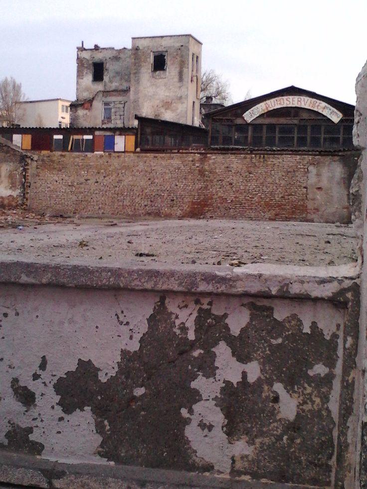 """""""Autoservire"""" interbelică din zona Rapsodia, strada Ion Corvin. Aici s-a construit un bloc recent. Foto: Yigru Zeltil"""