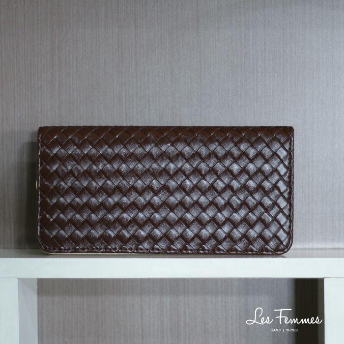 Ninas, dompet berdesain anyaman dan gold metal zipper. Detail wallet : • Warna Coffee dan Biru • Ukuran 21*2,5*10,5 cm • Harga 90,000  Order via : Website : www.lesfemmes.co.id LINE : lesfemmesbags SMS / WA : 081284789737 Email : care@lesfemmes.co.id  Happy shopping!  #shopping #wallet #ladies #women #lesfemmesindonesia