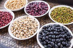 Gedroogde peulvruchten bereiden, hoe doe je dat? Wassen, weken, koken … Wij vertellen stap voor stap hoe én waarom je gedroogde bonen zelf klaarmaakt.