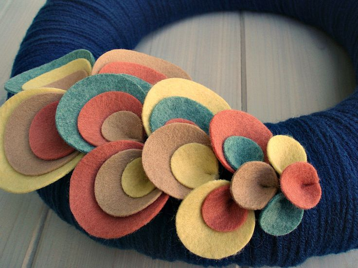 Totally going to make my own version of this yarn wreath... but for Christmas with holly
