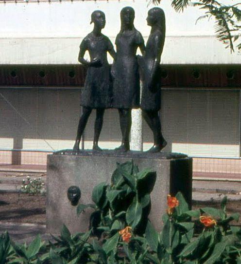 Dankbaarheidsmonument. Sivaplein. Suriname. 1955. Als dank aan Suriname voor de verleende steun gedurende en na de Tweede Wereldoorloog (Symbolyseert alle bevolkingsgroepen van Suriname als een eenheid).