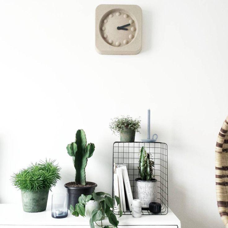 Mooi: Planten groeperen; combinatie draadmand met planten; kleurcombinatie blauw/groen; kaars van Ontwerpduo; Zuiver klok Pulp Time [styling en fotografie door @milou_nieuwenhuis].