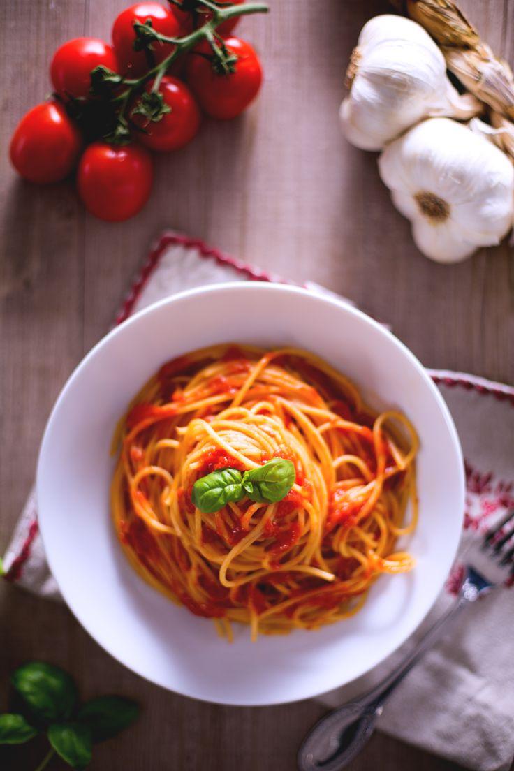 Oggi è un giorno di festa anche in cucina! Prepariamo uno dei piatti simbolo del nostro Paese: #spaghetti al #pomodoro! ( #italian spaghetti with #tomato #sauce) #Giallozafferano #recipe #ricetta #Italy #pasta