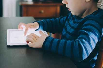 Çocuklar tabletle oynarken dış dünya ile iletişimlerini keserler. Tablet veya telefon...