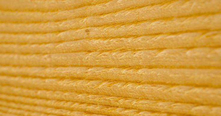 Cómo sellar madera de pino en bruto. El pino puede ser una hermosa madera para trabajar. Teñido con un tinte ámbar y pulido para darle brillo, el pino puede tomar un aspecto cálido y meloso. Al tener un color claro y ser muy porosa, acepta bien casi cualquier tinte y puede oscurecerse o aclararse para combinar con la decoración de casi cualquier cuarto. Sin embargo, debido a la ...