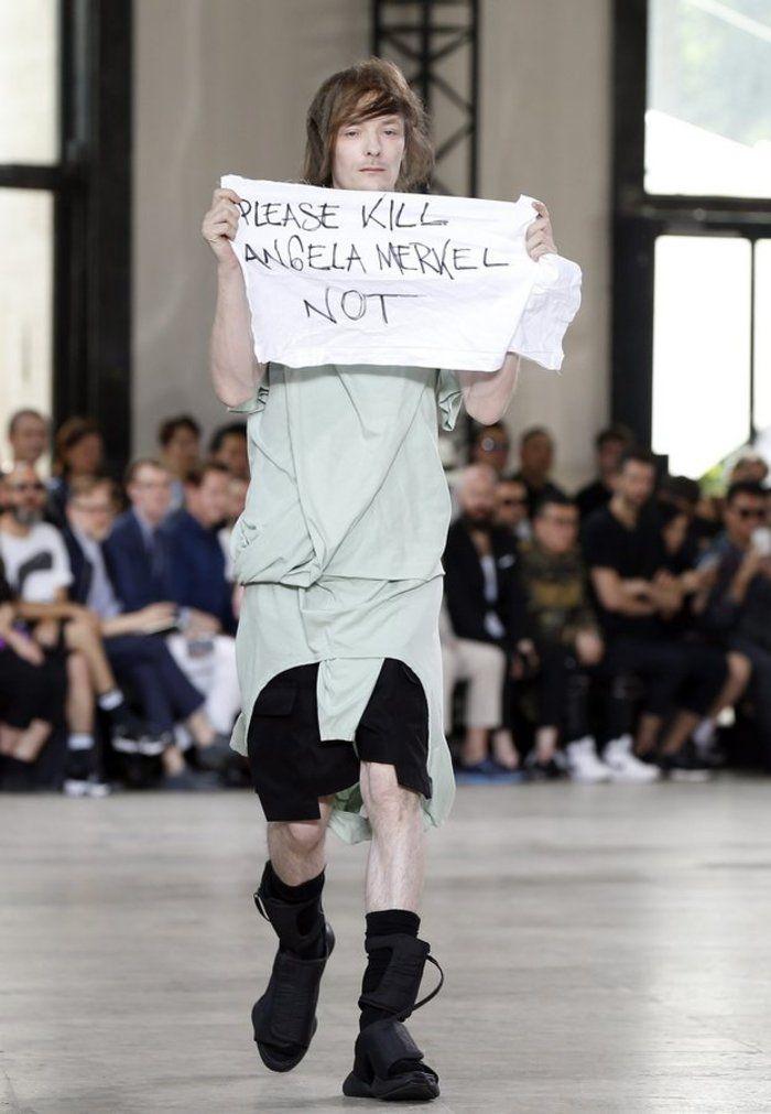 ΠΑΠΑΤΖΗΔΕΣ: Διαμαρτυρία με πανό «παρακαλώ σκοτώστε την Ανγκελα Μέρκελ» στην πασαρέλα