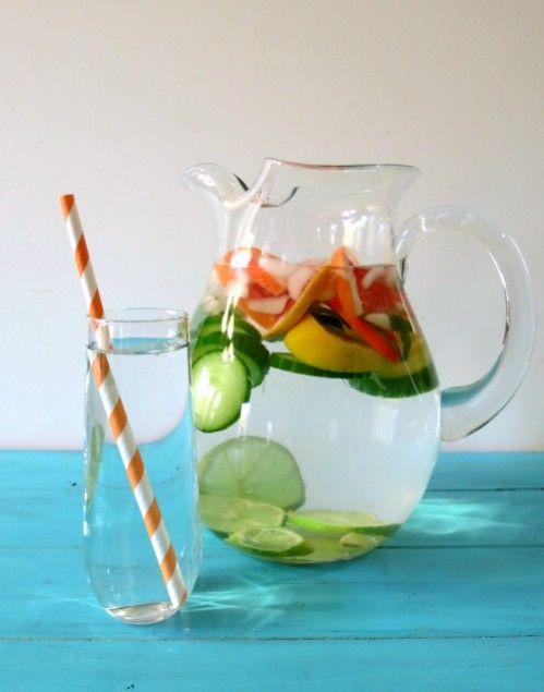 PFEFFERMINZ GRAPEFRUIT DETOX WASSER Das Pfefferminz-Grapefruit Detox Wasser ist perfekt für die Reinigung der Nieren, gegen Blähungen, es hilft die Verdauung anzuregen und ist für eine glattere Haut. -einen halben Liter gefiltertes Wasser - ½ Zitrone in Scheiben geschnitten - ½ Limette  - ½ Grapefruit/ Orange  -eine halbe geschnittene Gurke mit Schale -1 TL frisch geriebener Ingwer - Eiswürfel  Stellen Sie das Detox Wasser ein paar Stunden kalt vor dem Servieren.