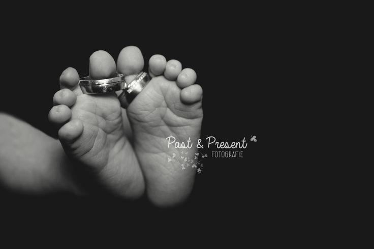 Newborn fotografie - Past & Present fotografie - Nieuwegein  kleine voetjes - trouwringen tiny feet - wedding rings  Newborn photography