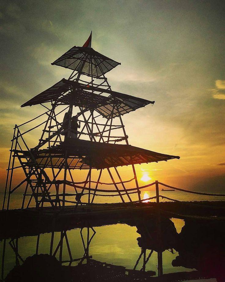 Kala sang surya tenggelam. Foto: @yossisandi Lokasi: Pantai Bondo  #explorebondo #visitjepara #jatenggayeng #kompasnusantara