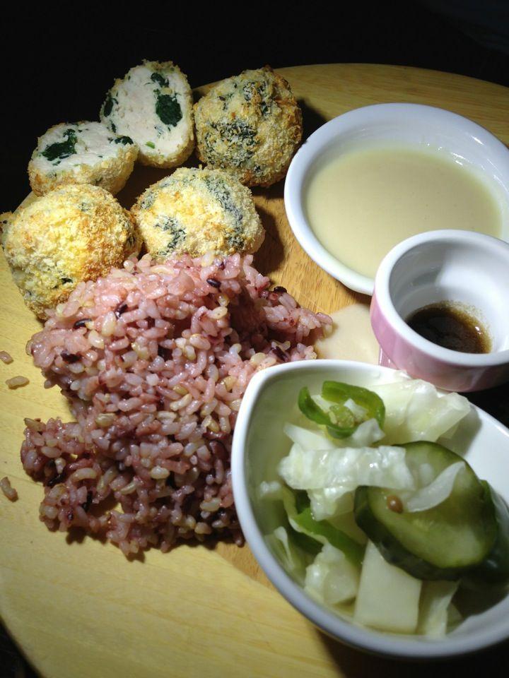 Slunch Factory is a vegetarian restaurant that serves vegan eats, too.    http://chincha.co.uk/2014/02/5-sweet-spots-in-sangsu/
