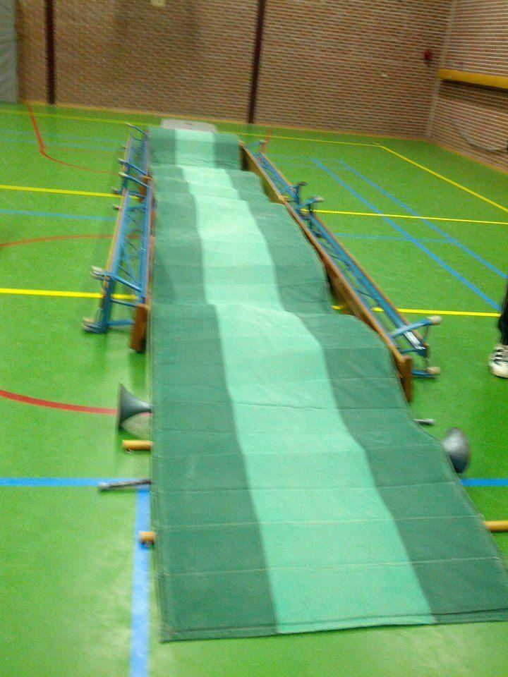 Ballen balansbaan. Materialen: - veel (harde) ballen - lange mat - 4 banken Leervoorstel: Loop/kruip over de lange mat. Onder mat liggen allemaal ballen, waardoor er een mooie uitdaging is om je evenwicht te bewaren.