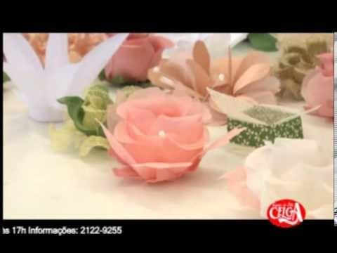 Forminha de doce usando o frisador do botão conjugado da rosa média, e também o fundo de doce médio
