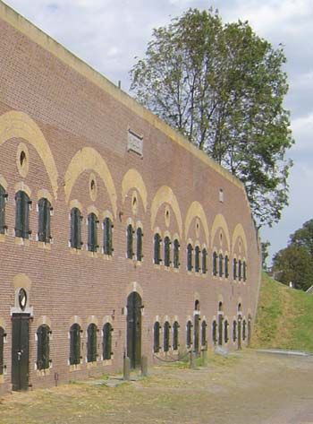 Fort Haarlem, Hellevoetsluis. Bezoekerscentrum is geopend elke eerste zondag van de maand. Dan is er de mogelijkheid voor een rondleiding.