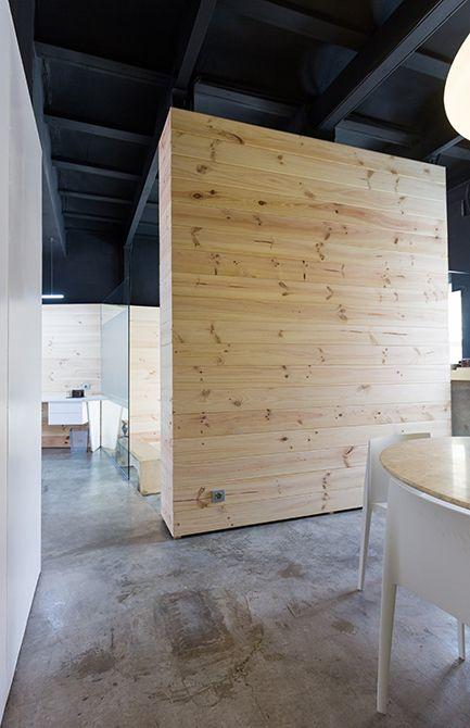 Chiralt Arquitectos I Fascinante forma de combinar materiales en una oficina moderna. Revestimiento de madera.