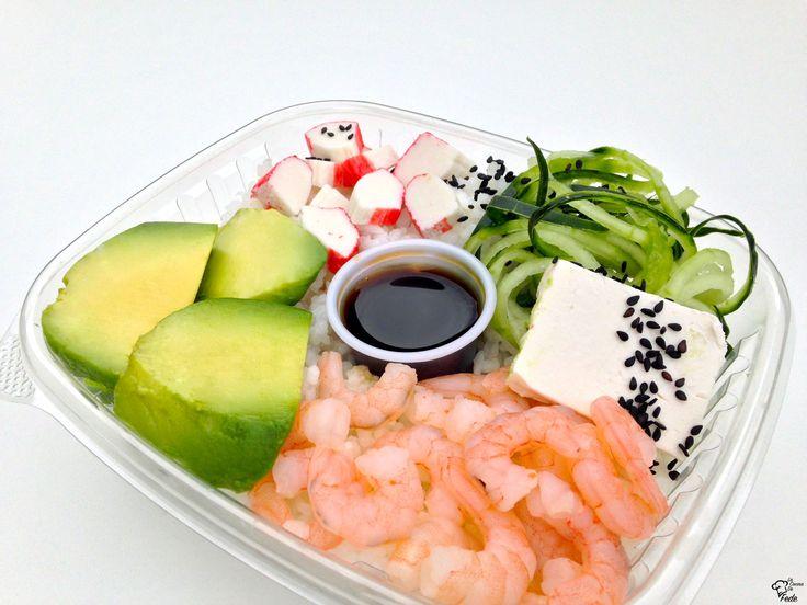Exquisitos camarones acompañados de palta, queso crema y kanikama, con la base de arroz y pepino rayado para darle ese crunch en cada bocado.