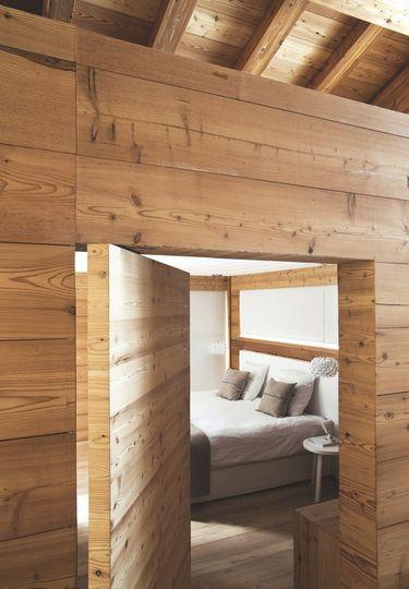 Pour entrer dans la chambre, il faut pousser la porte car il n'y a pas de poignée. Plus de photos sur Côté Maison http://petitlien.fr/7pqv