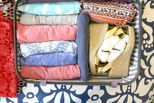 Coloque sapatos pesados e produtos de higiene perto das rodas e as roupas mais leves perto do topo da mala.