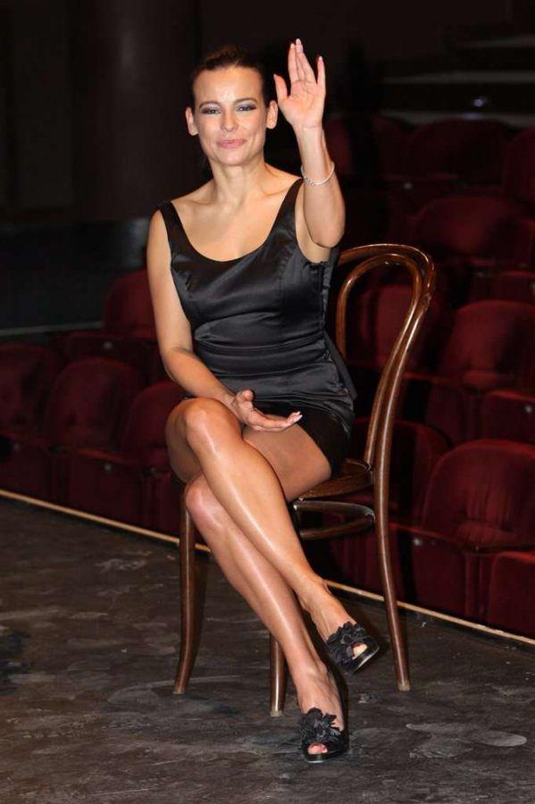 Anna Mucha - Parallel legs