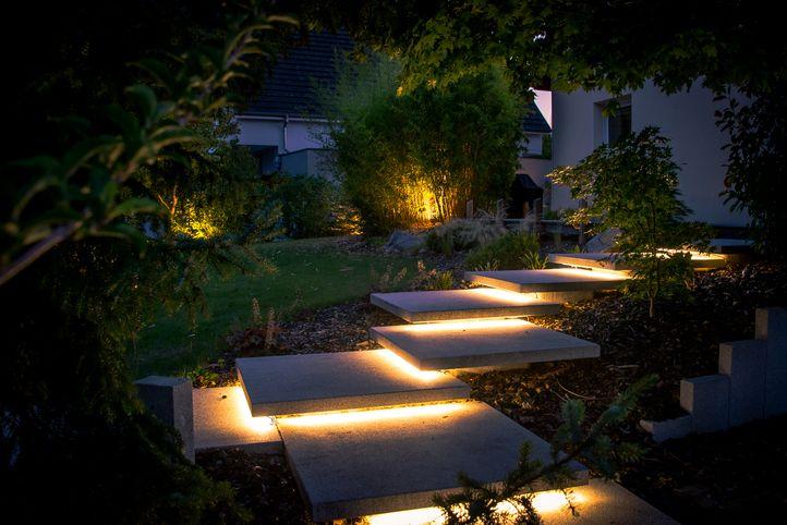 Une Maniere A La Fois Moderne Et Originale D Eclairer Votre Jardin L Eclairage De Cet Escalier Exterieur A Ete Realis Eclairage De Jardin Paysagiste Jardins