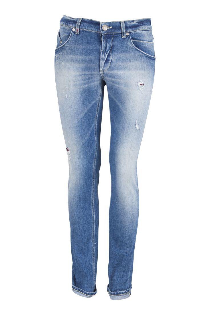 • Blå jeans från italienska Dondup • Modell Sammy • Smala vid foten • Låg i midjan • Knappar i gylf • Alla är 34 i längd oavsett midjemått • Modellen har storlek 34 • Tvättas i 30 grader ut och in. www.alexis.se