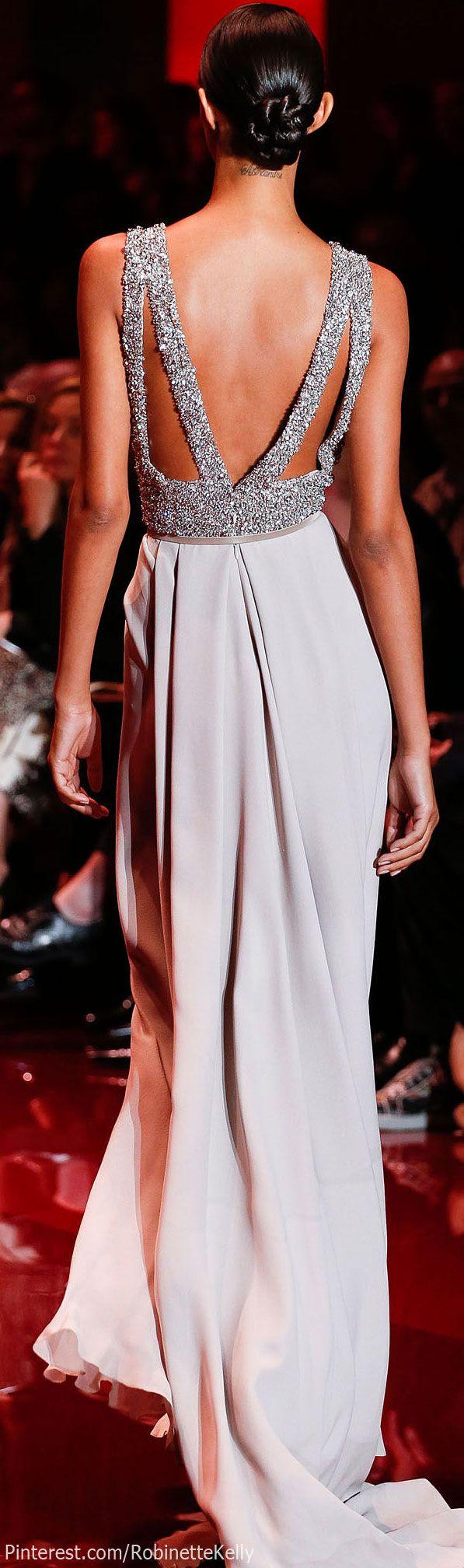 Elegante vestido gris.