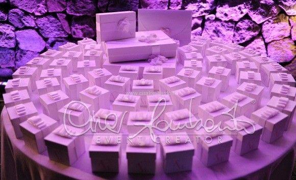 La consegna delle bomboniere. Dettagli personalizzati per un matrimonio da favola.