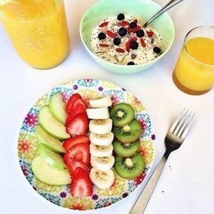 """10 самых полезных завтраков, за которые организм скажет вам """"спасибо"""". 1. Овсянка с черникой и миндалем. С точки зрения сбалансированного питания - это прекрасное начало дня. Добавьте в овсянку размор..."""