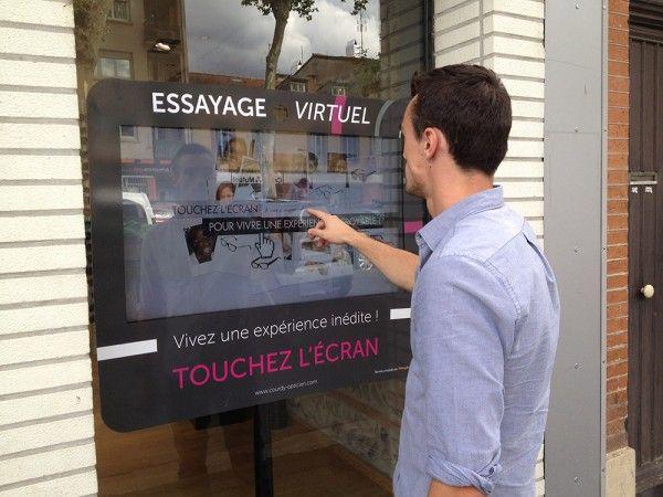 Essayez des lunettes directement dans la rue - Vitrine interactive pour opticien - OWIZ de FittingBox