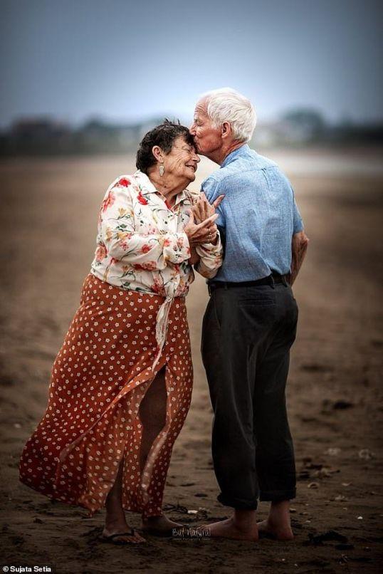 elderly-couple-same-pose