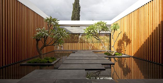 tranquil-glass-walled-house-with-innovative-furnishings-5-zen-courtyard.jpg
