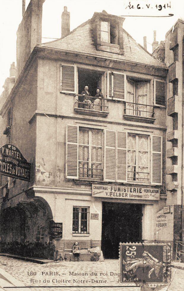 """rue du Cloître-Notre-Dame - Paris 4ème La """"Maison du Roi Dagobert"""", 16 rue du Cloître-Notre-Dame, vers 1914"""