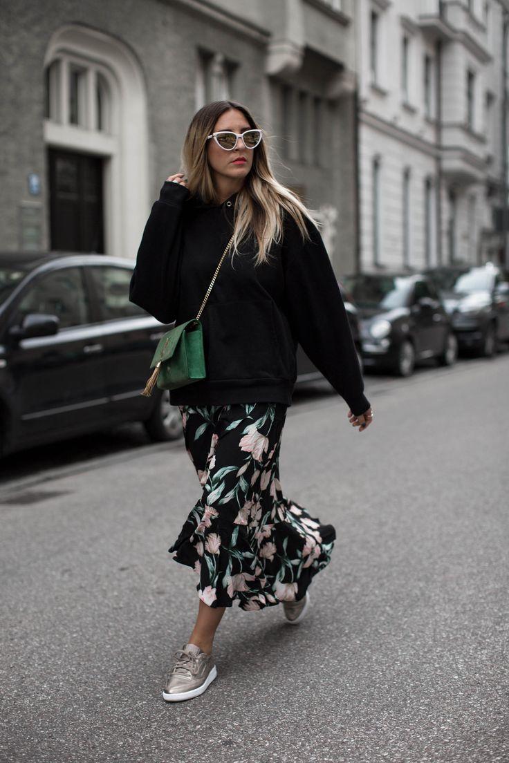 black hoodie and floral skirt | rock und turnschuhe