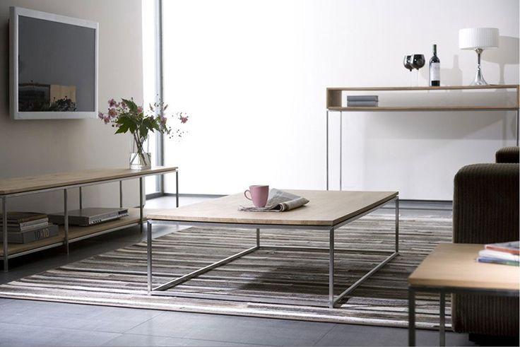 Soffbord tillverkat i massiv ek med underrede i stål.