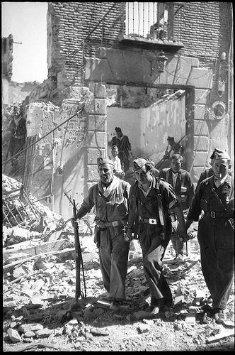 Evacuación de heridos en los combates del asedio al Alcázar de Toledo en septiembre de 1936. Fondo del Estudio Fotográfico Alfonso. Archivo ...