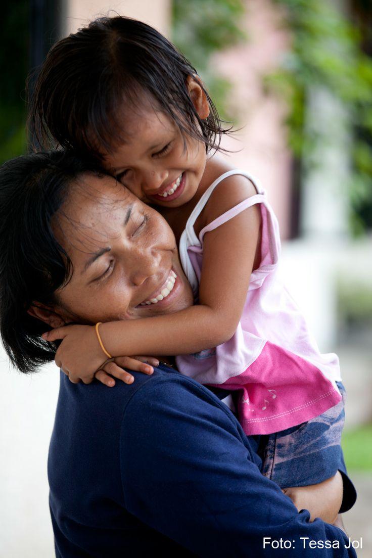 SOS-moren er SOS-familiens omdrejningspunkt og den, der altid er der for barnet. SOS-mødrene er uddannet af SOS Børnebyerne, og det tager typisk 1-2 år at blive SOS-mor.  Foto: SOS-børnebyen i Medan, Indonesien.