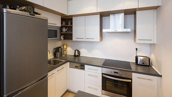 Kuchyňská linka je nově umístěna v koutě vedle vstupní části bytu.