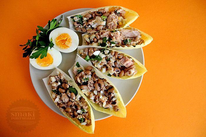"""Z czym Wam się kojarzy Portugalia? Ze słońcem, porto, a może z piłką nożną? Nam na pewno przywodzi na myśl tradycyjne i zróżnicowane potrawy: ryby, warzywa strączkowe i pão doce (słodki portugalski chleb)! Dzisiaj na lunch jemy sałatkę z tuńczyka z fasolą """"czarne oczko""""."""