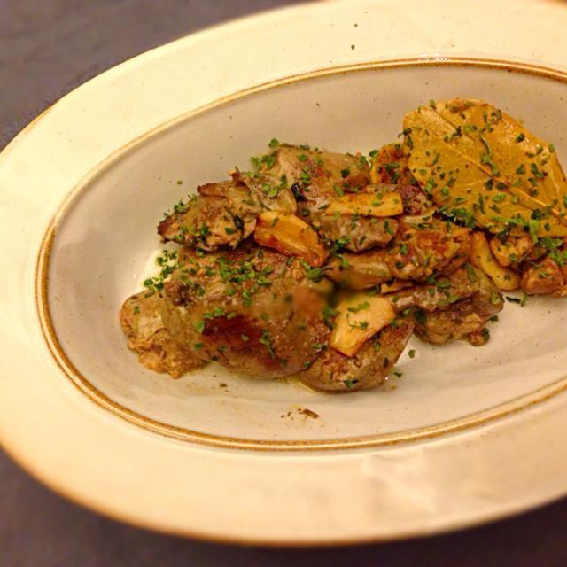 下処理した鶏レバーとにんにく、ハーブ(タイムやローズマリーなどがおすすめ)を耐熱容器に入れて、オリーブオイルをひたひたに注ぐ。90度のオーブンで1時間ほど熱してから、冷ましておく。食べる直前にフライパンでソテー。ハーブソルトと香菜(コリアンダー)で味をととのえたらできあがり。 - 13件のもぐもぐ - 鶏レバーコンフィのモロッコ風 by kmizua56