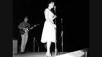 Patsy Cline I Fall to Pieces - YouTube