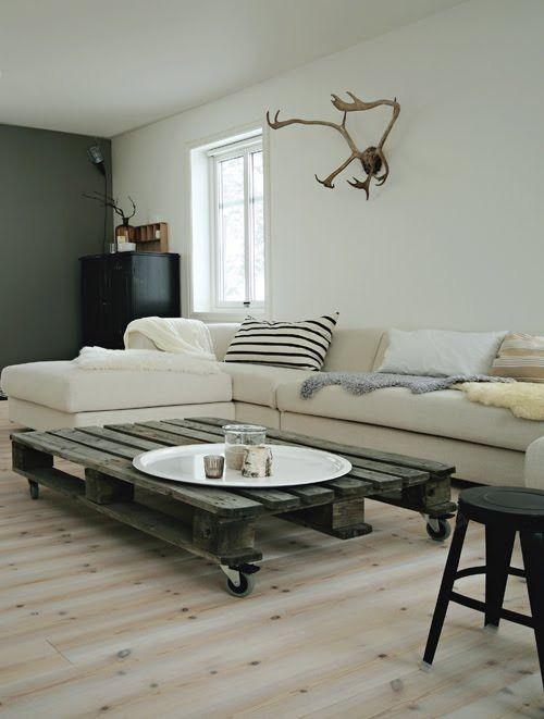 低めのコーヒーテーブルは、テーブルだけでなく部屋全体にも安定感を当てています。こまがついていて、部屋の中をすぐに移動させられる便利さがたまらないですね。広々としているので、家族みんなで使っても良さそうです。木の素材が見事に生かされています。