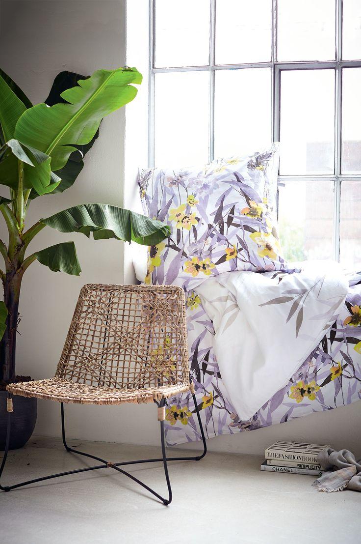 Betten Sie sich mit dieser hochwertigen Satinbettwäsche mit floralem Muster in zarten Grau-, Gelb- und Lilatönen in ein opulentes Blumenmeer.