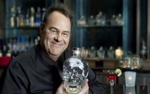 Dan Aykroyd, the cult performer of Blues Brothers and Ghostbuster, gives you an exceptional appointment at La Grande Epicerie in Paris on Wednesday, June 7, from 5:30 to 7 pm for a signing session. 5 years after launching his famous brand of Vodka, Crystal Head, whose bottle is in the shape of a crystal skull, Mr. Aykroyd celebrates the 500,000 bottles sold in France!