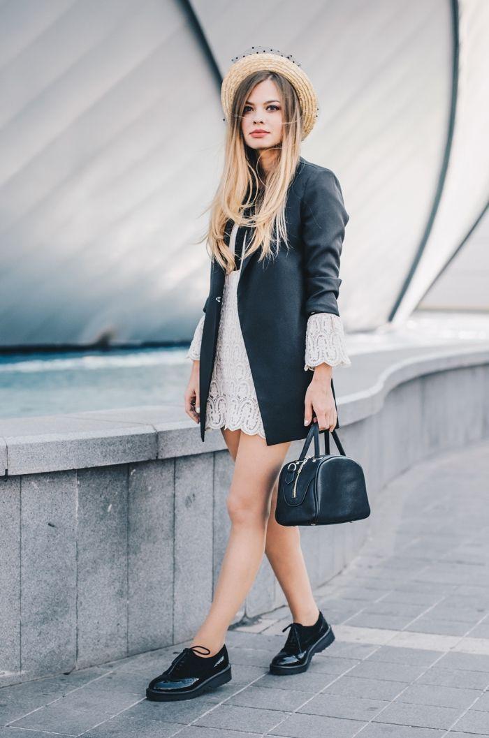 look casual chic en robe blanche courte combinée avec blazer noir à manches  retroussées, modèle de derbies noires vernies 892cd796614b