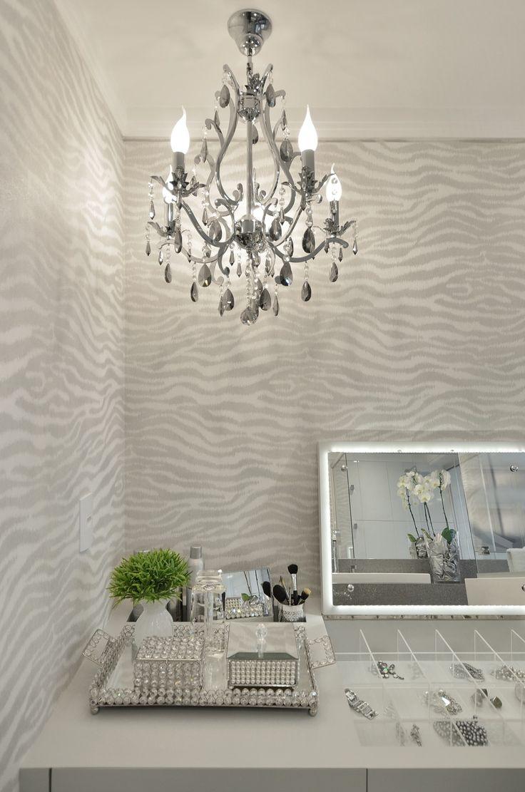 Banheiro cinza e branco revestido de silestone e com bancada de make!