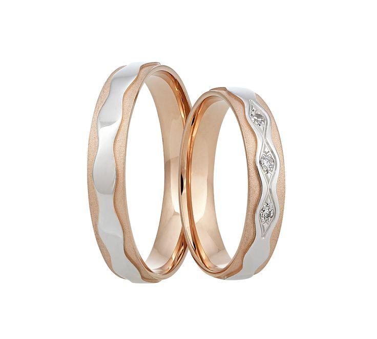 Zcela jedinečné snubní prsteny kombinující červené a bílé zlato. Dámský prsten zdobí tři oslnivé kameny.