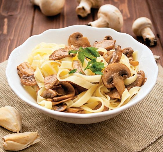 Tăieţei cu ciuperci şi usturoi ideali pentru o cină uşoară. Reţeta e foarte simplă şi rapidă.
